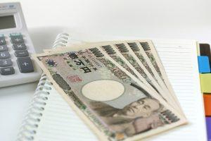 社会保険労務士_お金と電卓の画像