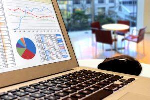 グラフが写されたパソコンの画面