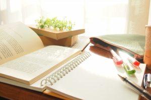 ノートと筆記用具のイメージ